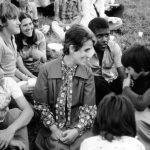Renata con un gruppo di giovani