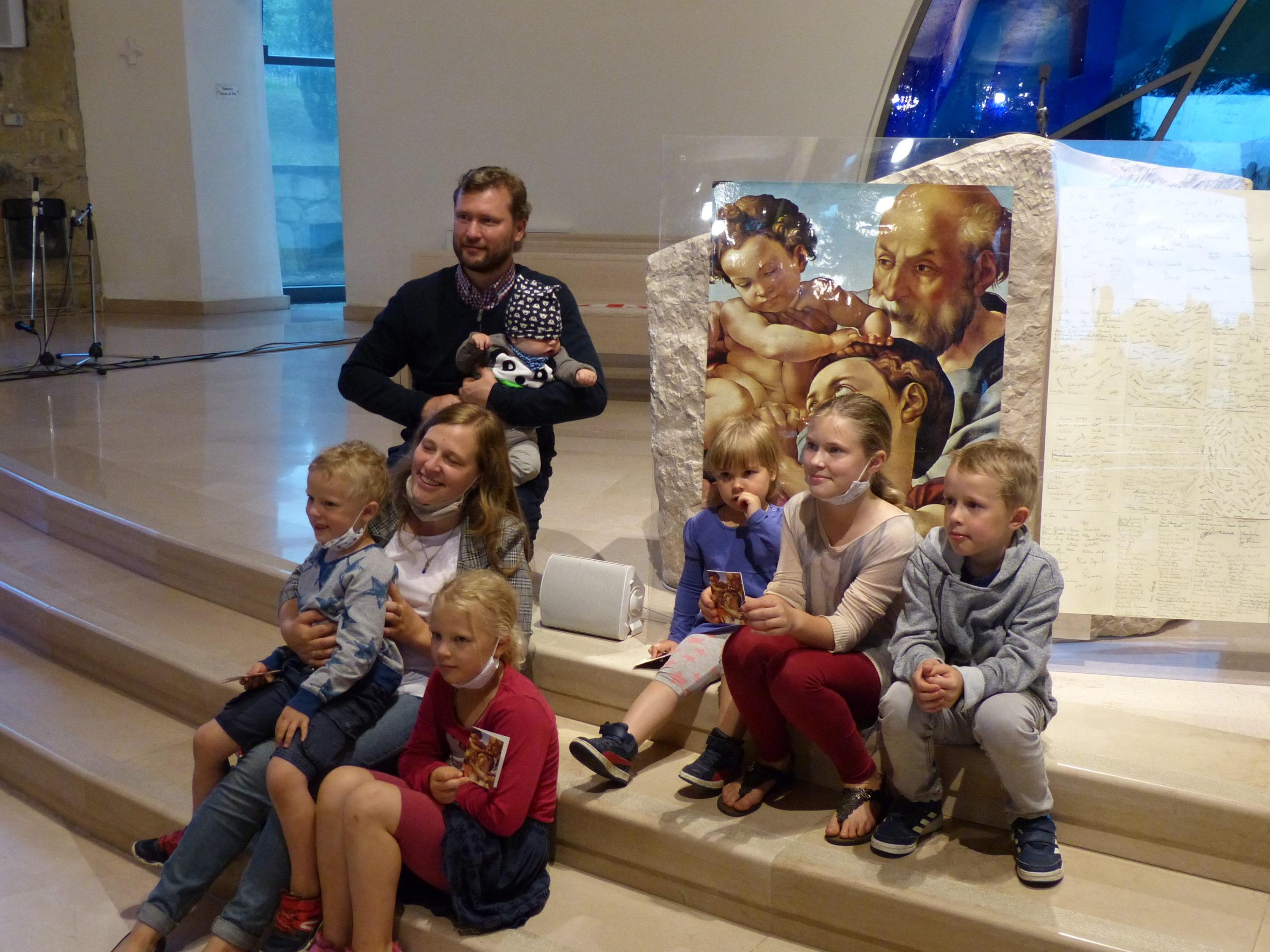famiglia russa davanti al quadro del patto