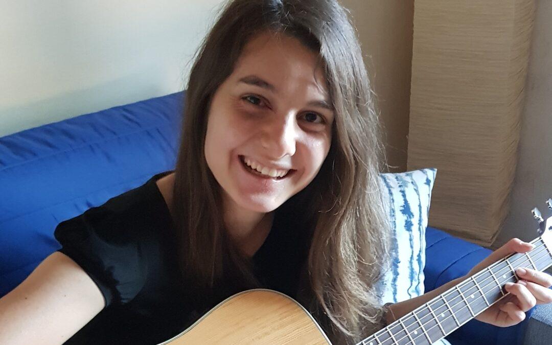 Michela Ferro con la chitarra